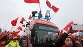 Cầu thủ U23 Việt Nam được lên xe buýt chung vui với người hâm mộ sau những phút ngắn ngủi gặp mặt người thân ngay tại sân bay Nội Bài. Ảnh: NGỌC HẢI