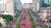 Đỏ rực phố đi bộ Nguyễn Huệ trong trận chung kết lịch sử
