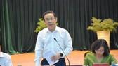 Secretary of HCMC Party Committee Nguyen Van Nen is delivering his speech in the meeting with Binh Tan District authorities. (Photo: SGGP)