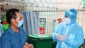 Secretary of HCMC Party Committee Nguyen Van Nen visited poor workers in rented rooms in Binh Tan District to spirit them up. (Photo: SGGP)