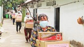 Dwellers in Quarter 7 of An Khanh Ward in Thu Duc City received support packages in the pandemic. (Photo: SGGP)