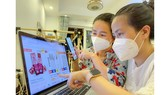 Consumers are comparing goods prices and reading comments on online shopping platforms. (Photo: SGGP)