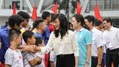 Bà Nguyễn Thị Thu - Phó Chủ tịch UBND TPHCM động viên các cầu thủ thi đấu trận CK. Ảnh: NHẬT ANH
