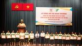 Khen thưởng những cá nhân, tập thể có thành tích xuất sắc tại Đại hội. Ảnh: Nhật Anh