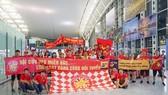 CĐV Việt Nam mang Đại kỳ sang Thái Lan cổ vũ cho tuyển Việt Nam giành chiến thắng. Ảnh: NHẬT ANH