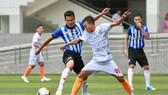 Nhà vô địch AFF 2008 Phan Thanh Bình trong màu áo  Bưng Biền FC ở vòng đấu Play - off. Ảnh: DŨNG PHƯƠNG