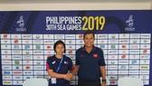 HLV Mai Đức Chung và HLV Philippines trong buổi họp báo trước trận bán kết. Ảnh: Nhật Anh