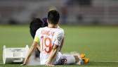 Chấn thương của Quang Hải trong trận thắng Singapore buộc phải chia tay SEA Games 30. Ảnh: Dũng Phương