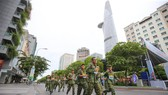 Các vận động viên trên phố đi bộ Nguyễn Huệ. Ảnh: Dũng Phương