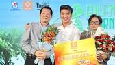 """Ca sĩ Đàm Vĩnh Hưng đại diện giải GOLFMASTER """"Hướng về miền Trung"""" nhận đóng góp từ thiện cho chương trình. Ảnh: DŨNG PHƯƠNG"""