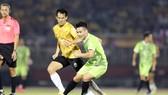 Nguyễn Quang Hải (áo xanh) trong một pha đ bóng trong trận All Star gặp U22 Việt Nam. Ảnh: Dũng Phương