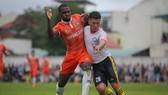 Trận đấu giao hữu giữa Bình Định - Khánh Hoà (trắng). Ảnh: Dũng Phương
