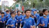 Các em thuộc các trường Tiểu học Tỉnh Bình Dương tham gia đường chạy chào mừng năm mới 2021. Ảnh: Dũng Phương