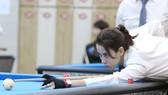 Cơ thủ Quỳnh Ngân đang thi đấu tại giải Billiard carom 3 băng nữ TPHCM. Ảnh: Dũng Phương