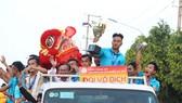 Cầu thủ U19 Đồng Tháp diễu hành cùng Cúp vô địch trên đường phố Cao Lãnh
