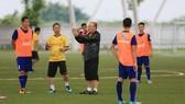 Thầy trò ông Park trên sân tập. Ảnh: MINH HOÀNG