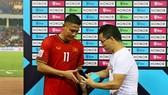 Anh Đức nhận phần thưởng sau trận đấu. Ảnh: MINH HOÀNG
