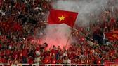 Hành vi cổ vũ không tuân thủ điều lệ của một nhóm khán giả đang có nguy cơ ảnh hưởng đến đội tuyển Việt Nam. Ảnh: MINH HOÀNG