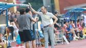 Ông Lee hội ý cùng các trợ lý Minh Ninh và Duy Quang. Ảnh: MINH HOÀNG