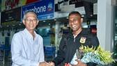 Ông Trần Văn Minh chào đón đội U16 Lào tại sân bay Pleiku. Ảnh: Anh Tiến