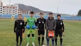 Thủ quân hai đội chụp ảnh lưu niệm cùng tổ trọng tài trước trận tập huấn ngày 21-12. Ảnh: Đoàn Nhật