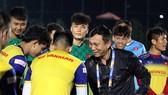 Phó chủ tich VFF Trần Quốc Tuấn đến thăm đội U23 Việt Nam vào chiều 5-1. Ảnh: Đoàn Nhật