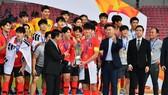 Ông Trần Quốc Tuấn trao Cúp vô địch cho đội Hàn Quốc.