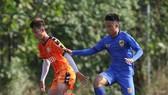 Đội U19 Đà Nẵng đấu tập cùng đội láng giềng Quảng Nam. Ảnh: HỮU THỊNH