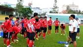 Đội Long An ở buổi tập chiều 20-4. Ảnh: Anh Tuấn