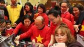 Ông Park Hang-seo với người hâm mộ tại Việt Nam.