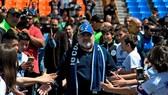 Maradona cùng các CĐV của Gimnasia. Ảnh: AFP