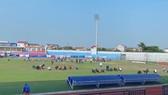 BTC sân Hà Tĩnh đẩy nhanh tiến độ cải tạo mặt cỏ.