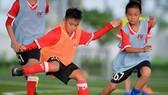 Một buổi tập của các cầu thủ trẻ tại Trung tâm PVF. Ảnh: Anh Trần