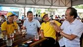 Bầu Thắng trò chuyện cùng ông Trần Thanh Hải và hai cầu thủ Anh Đức, Công Phượng. Ảnh: Duy Anh