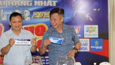 Hai nhà báo Quang Tuyến và Hải Âu bốc thăm xếp lịch thi đấu.