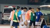 Đức Chinh rời sân vì chấn thương vào đầu trận. Ảnh: Nguyễn Hoàng