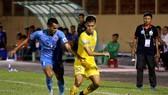 Thầy trò HLV Võ Đình Tân bất ngờ bị Phố Hiến (áo xanh) cản bước trên sân nhà.