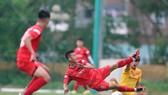 Trận đấu tập nội bộ nhưng các cầu thủ thể hiện hết mình nhằm ghi điểm với BHL. Ảnh: MINH HOÀNG