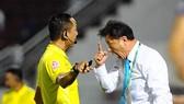 HLV Chung Hae-song trong 1 tình huống phản ứng trọng tài. Ảnh: DŨNG PHƯƠNG.