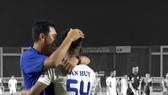 Dù đã chủ động giảng hòa và xin lỗi nhau, nhưng HLV Hiền Vinh vẫn không thoát án kỷ luật từ VFF. Ảnh: On Sports.