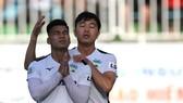 Văn Thanh cầu nguyện cho sức khỏe của bố sau khi ghi bàn trong trận gặp Quảng Nam