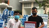 Đội trưởng Minh Tâm thay mặt toàn đội tiếp sức đến hai bệnh viện ở Đà Nẵng