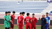 Trợ lý Nguyễn Thế Anh (bìa phải) sẽ ở vào đội B. Ảnh: Đoàn Nhật