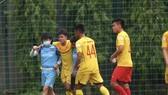 Tiền đạo Lê Minh Bình bị chấn thương trong trận đấu tập. Ảnh: MINH HOÀNG