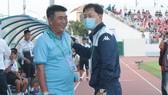 HLV Trần Minh Chiến cùng đồng nghiệp Chung Hae-song trước trận đấu. Ảnh: HỮU THÀNH