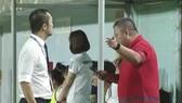 Trưởng BTC giải cùng Giám sát trận đấu đến tận khu kỹ thuật đội PP.HN thuyết phục nhưng không thành công. Ảnh: THANH ĐÌNH