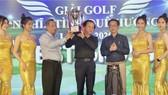 Ông Nguyễn Quốc Dũng (trái), trưởng BTC và nhà báo Nguyễn Quang Thông, Tổng biên tập Báo Thanh Niên(phải) cùng trao giài Best Gross