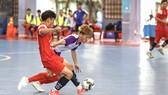 Cuộc so tài giữa đội Lê Bảo Minh (áo đỏ) và Lý Nguyễn. Ảnh: DŨNG PHƯƠNG