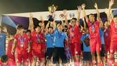 Niềm vui chiến thắng của thầy trò HLV Duy Đông