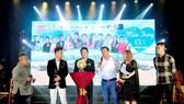 Ông Hà Văn Tự, đại diện Công ty World Steel và những người bạn trong phần bán đấu giá quả bóng có chữ ký của HLV Park Hang-seo. Ảnh: ANH TRẦN